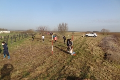 Implantation des jalons sur le site de l'afforestation pédagogique biodiverse de Varois et Chaignot. Année scolaire 2020-2021
