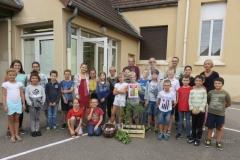 La classe des écoliers de CE2 - CM1 - CM2 de Madame Carole CLEMENT. Vendredi 21 septembre 2018. Greffage de l'abricotier de Morey Saint Denis. Photo François BAILLY.