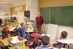 Michel BELIN explique l'intérêt de la greffe aux écoliers de Morey Saint Denis. Vendredi 21 septembre 2018.
