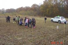 Pose des jalons par les écoliers de la classe de Magali GUILLOT. Création forestière pédagogique biodiverse de Saint Julien.