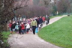 Arrivée des plus petits écoliers pour la plantation du premier bosquet biodivers de la création forestière pédagogique le 25 novembre 2010. Arnay le Duc.