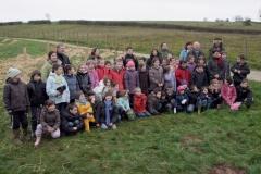 Les plus grands écoliers une fois les plantations achevées. Création forestière pédagogique biodiverse d'Arnay le Duc. 25 novembre 2010.