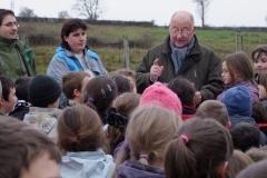 Mr le Maire d'Arnay le Duc, Claude CHAVE, remercie les écoliers pour leur geste écologique et citoyen. Création forestière pédagogique biodivers d'Arnay le Duc.