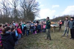 Jean-Noël CABASSY de l'ONGE Forestiers du Monde® délivre les explications techniques pour la mise en terre des 60 plants. Lundi 21 mars 2016. Saint Germain le Rocheux.