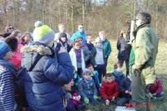 Présentation par Jean-Noël CABASSY de l'ONGE Forestiers du Monde® aux écoliers d'un pic noir (Dryocopus martius) naturalisé en milieu naturel.