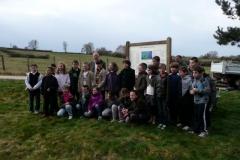 Les écoliers lors de l'inauguration de la signalétique pédagogique. Création forestière pédagogique biodiverse d'Arnay le Duc. Avril 2012.
