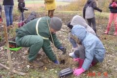 Le garde forestier Henri-François PAYA apporte son aide aux écoliers de l'Etang Vergy. Reforestation pédagogique biodiverse de Reulle Vergy. 19 novembre 2018.