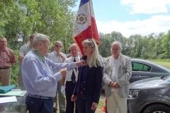 Robert VANDROUX Président honoraire de l'AMOMA 21 remet la croix de Chevalier de l'ordre du Mérite Agricole à Mme Sylvie JOUVENCEAU. Vendredi 29 juin 2018.